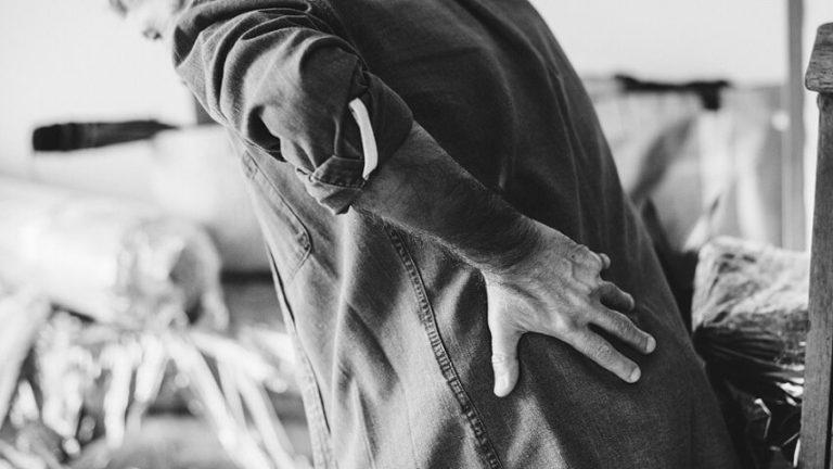 Read more about the article 허리가 아픈 이유? 허리 통증 원인과 질환의 종류